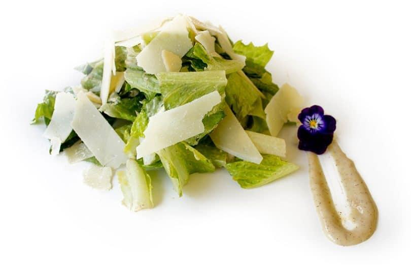 Salată Caesar cu brânză parmezan rasă și crutoane