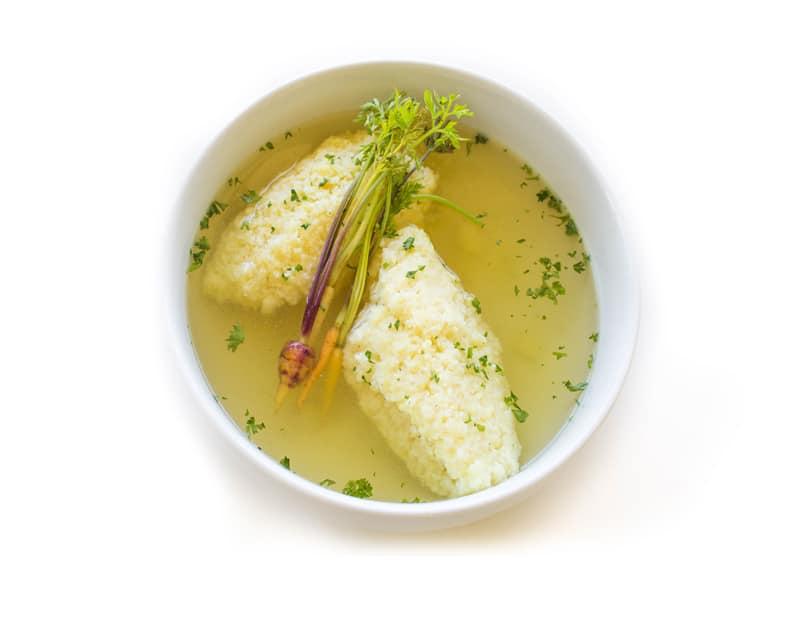 Supă de pui cu găluște pufoase