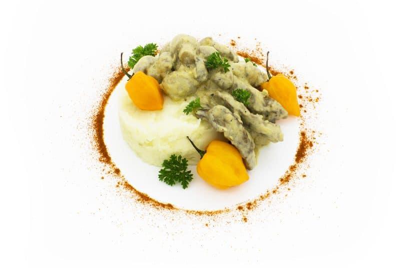 Vită Stroganoff servită cu cartofi piure