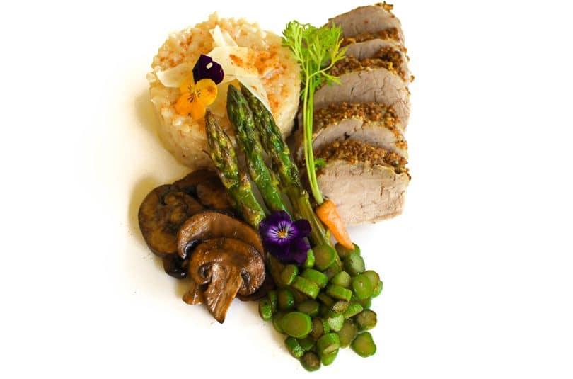 Mușchiuleț de porc cu risotto și sparanghel
