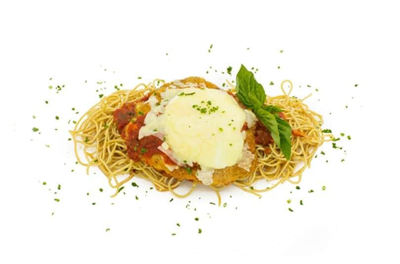 Pui cu parmezan, mozzarella și paste