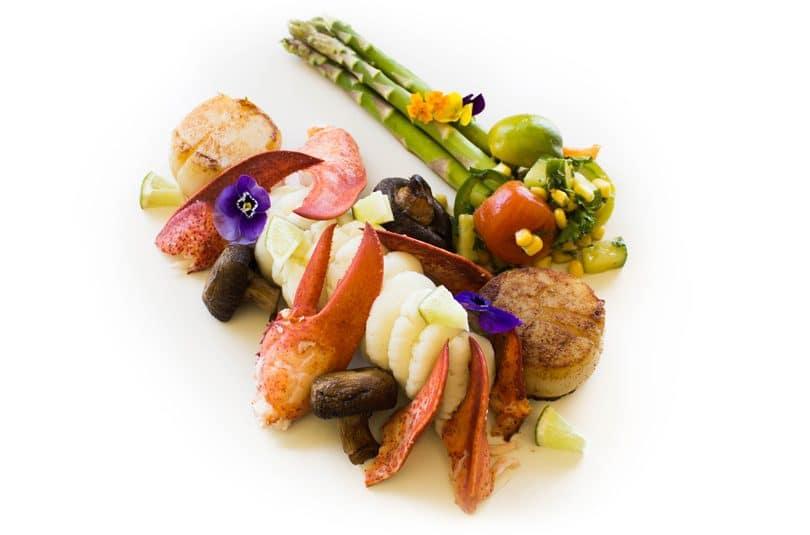 Scallops și homari cu cartofi piure și salată de roșii
