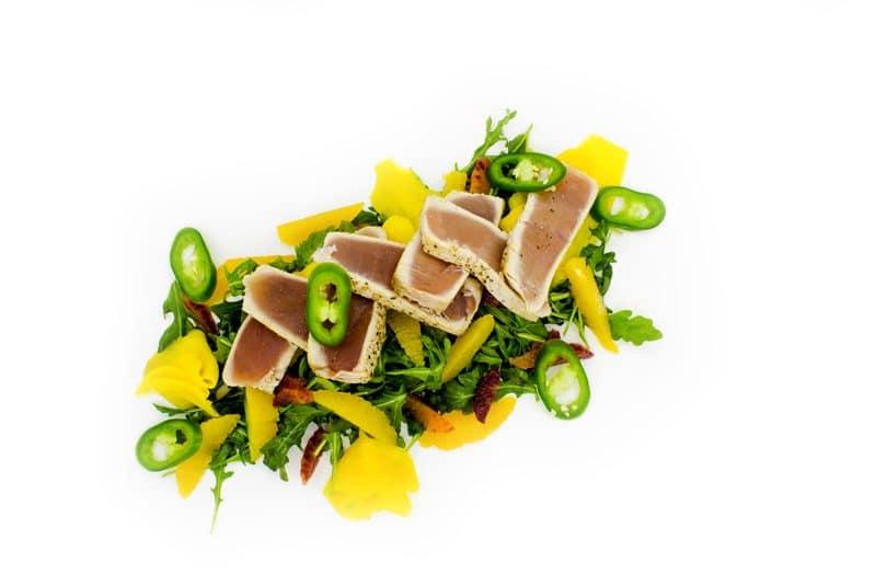 Salată cu ton, rucola, citrice și jalapegno
